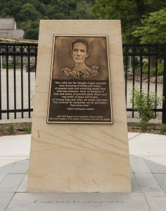 Memorial stone and plaque to Edith Ammon. Photo credit: Roy Engelbrecht.
